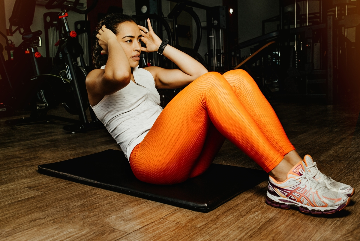 woman-doing-situps-muscle-gain
